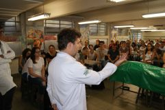 Professor a frente de estudantes ingressantes na Escola Paulista de Medicina