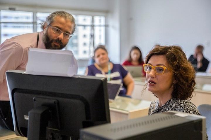 Rita Jover Faleiros, presidente da comissão, durante leitura da apuração dos votos (Foto: Alex Reipert)