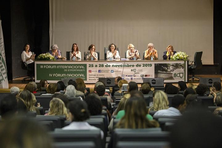 Mesa de abertura do III Fórum Internacional e o IV Fórum Nacional de Enfermagem (Imagem: Alex Reipert)
