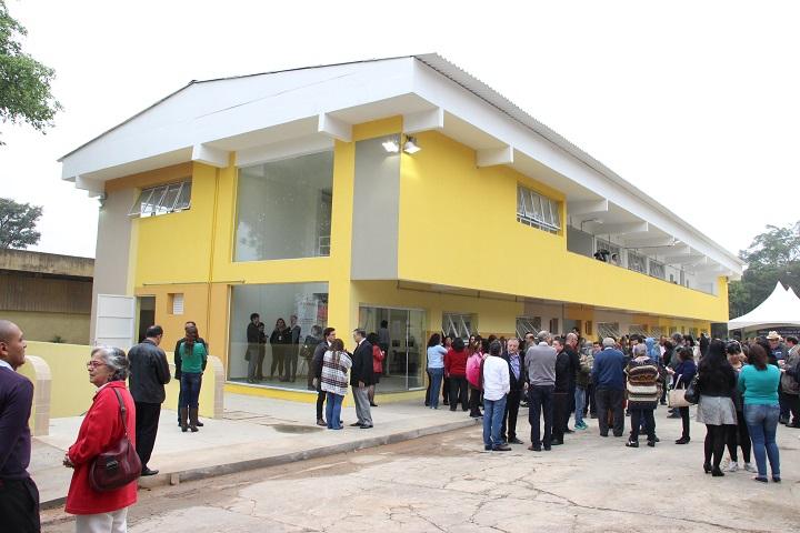 Primeira foto: Edifício inaugurado no dia 1 de julho de 2016. Trata-se de prédio amarelo, de dois andares, com pessoas na frente.