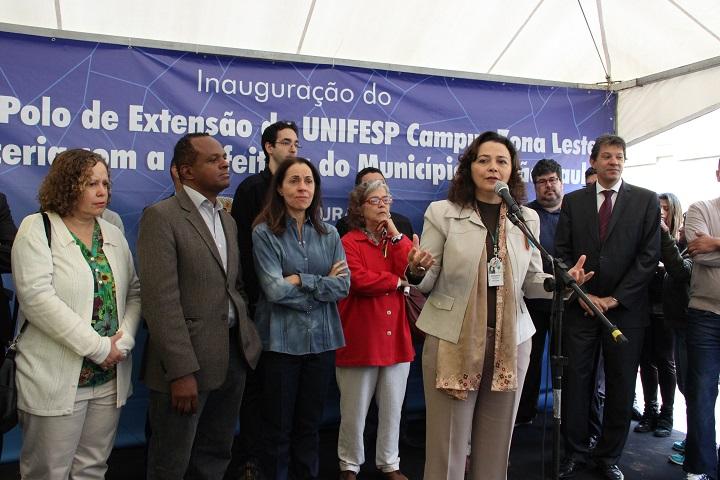Segunda foto: Reitora da Unifesp, Soraya Smaili, falando ao microfone durante inauguração do primeiro edifício do Campus Zona Leste