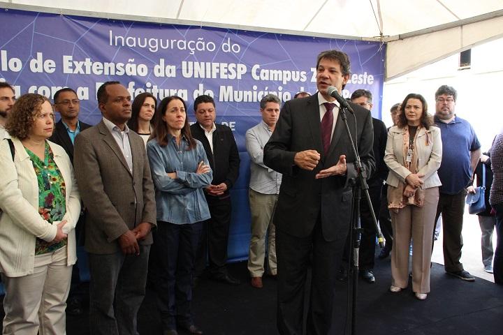 Terceira foto: Prefeito de São Paulo, Fernando Haddad, falando ao microfone durante inauguração do primeiro edifício do Campus Zona Leste