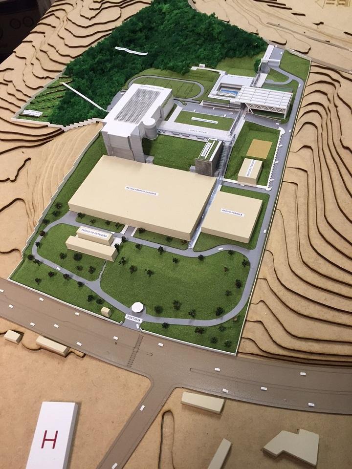 Quarta foto: Maquete do futuro Instituto das Cidades, que funcionará no Campus Zona Leste. A maquete possui uma grande área verde e mais prédios, previstos para o campus.