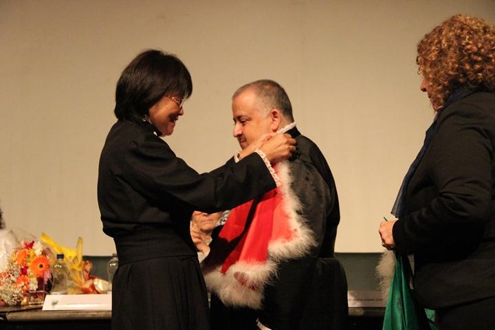Emília Sato transmite a pelerine de diretor da Escola Paulista de Medicina para Manoel Girão