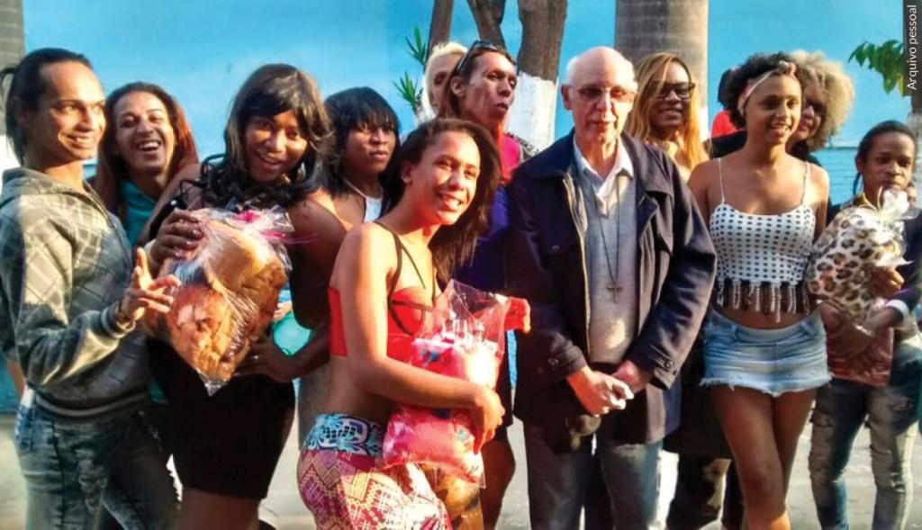 Julio Lancellotti está com um grupo de transexuais
